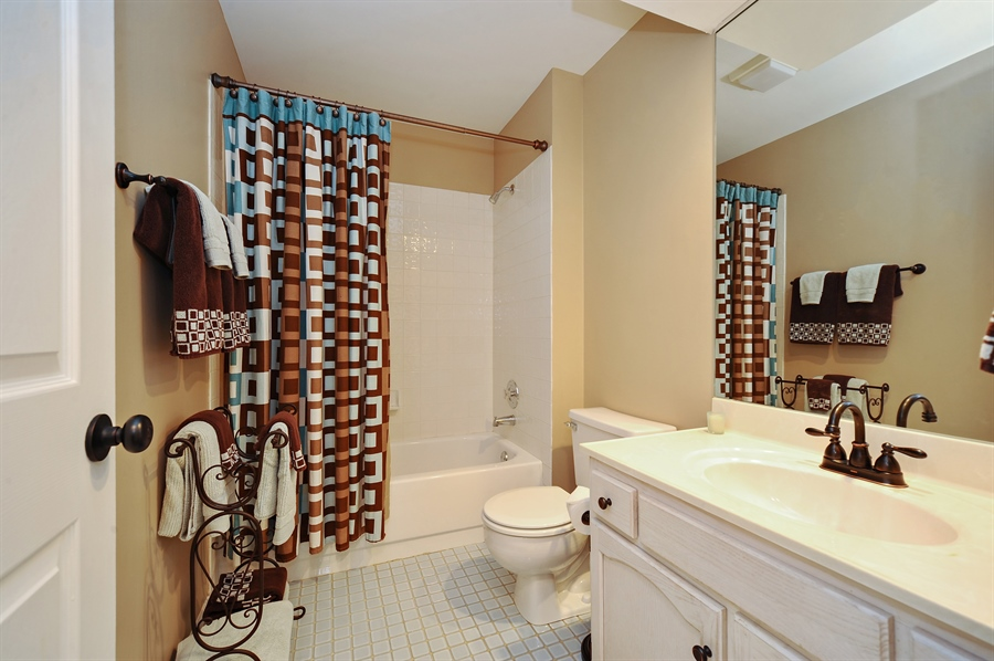 Real Estate Photography - 1520 Loatonia Ct, Libertyville, IL, 60048 - 2nd Bathroom