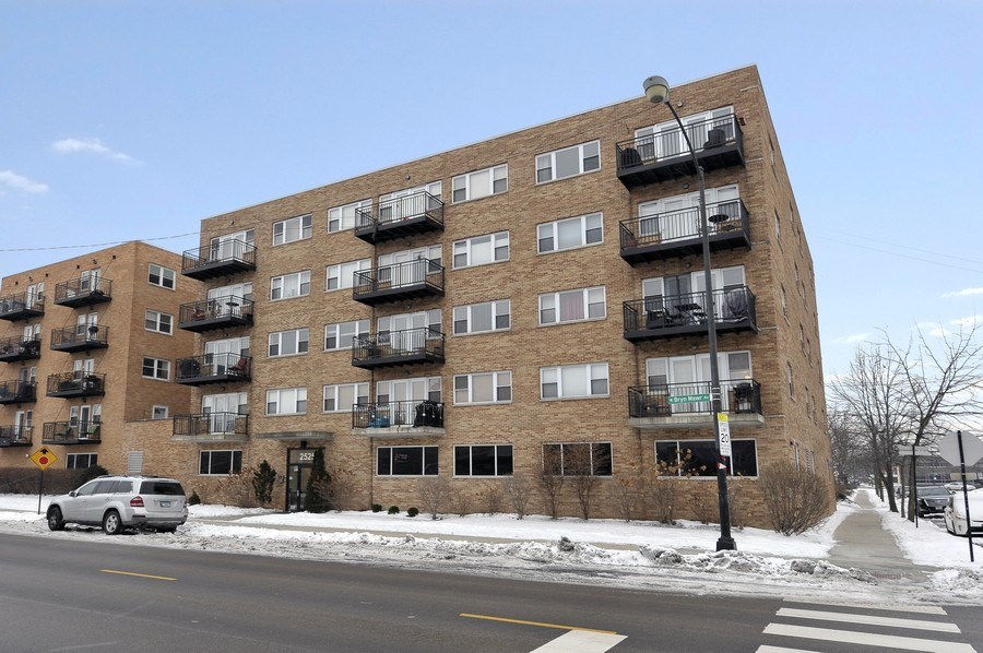 Real Estate Photography - 2525 W. Bryn Mawr, 204, Chicago, IL, 60659 - Front View