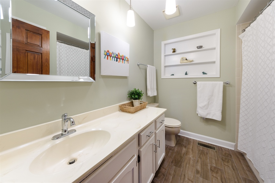 Real Estate Photography - 354 S Carlyle Place, Arlington Heights, IL, 60004 - 2nd Bathroom