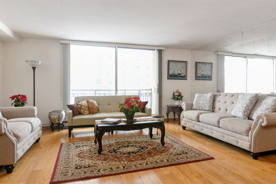 Real Estate Photography - 6007 N Sheridan Rd, 7F, Chicago, IL, 60660 - Living Room