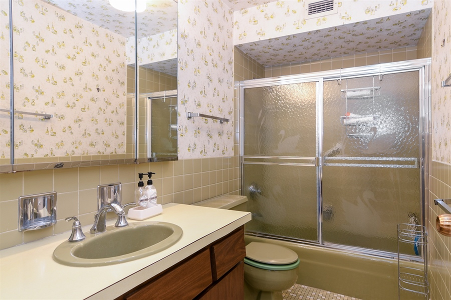 Real Estate Photography - 6007 N Sheridan Rd, 7F, Chicago, IL, 60660 - Master Bathroom