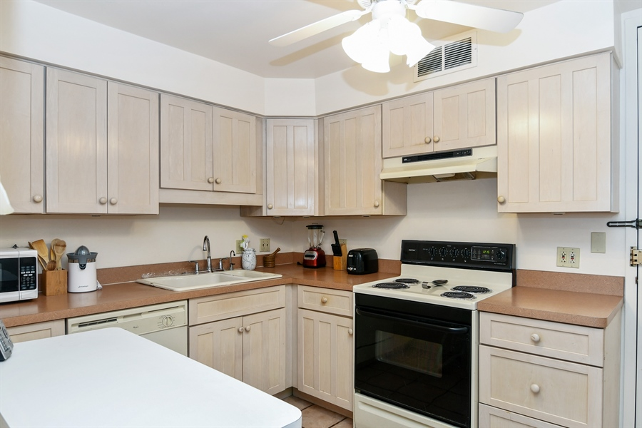 Real Estate Photography - 6007 N Sheridan Rd, 7F, Chicago, IL, 60660 - Kitchen