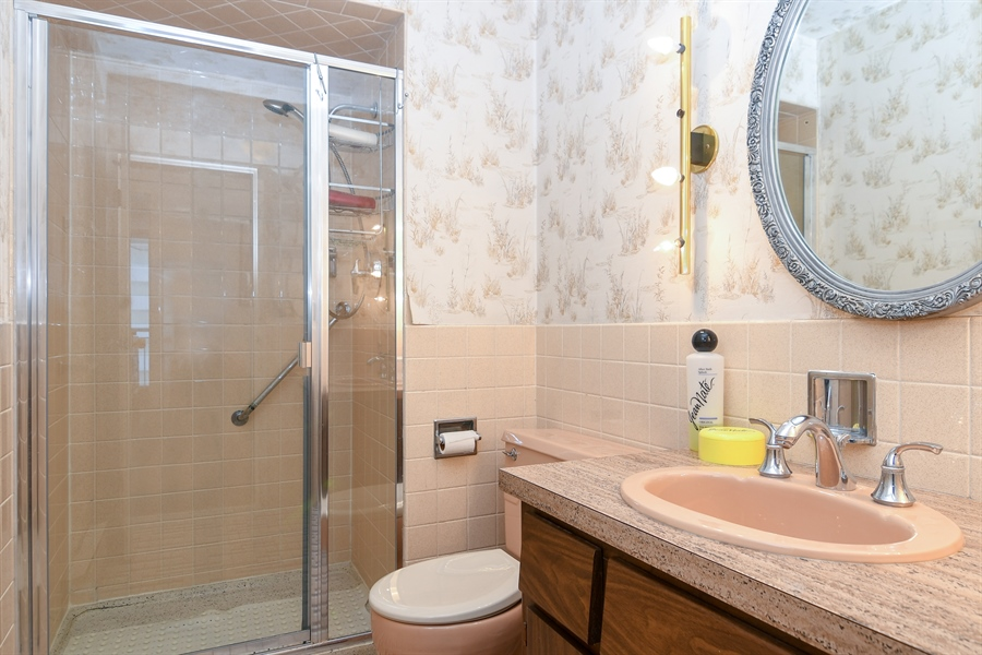 Real Estate Photography - 6007 N Sheridan Rd, 7F, Chicago, IL, 60660 - Bathroom