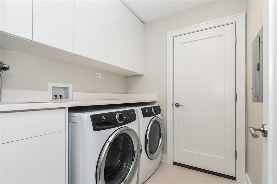 Real Estate Photography - 1927 W Oakdale Ave, Chicago, IL, 60657 - Laundry Room