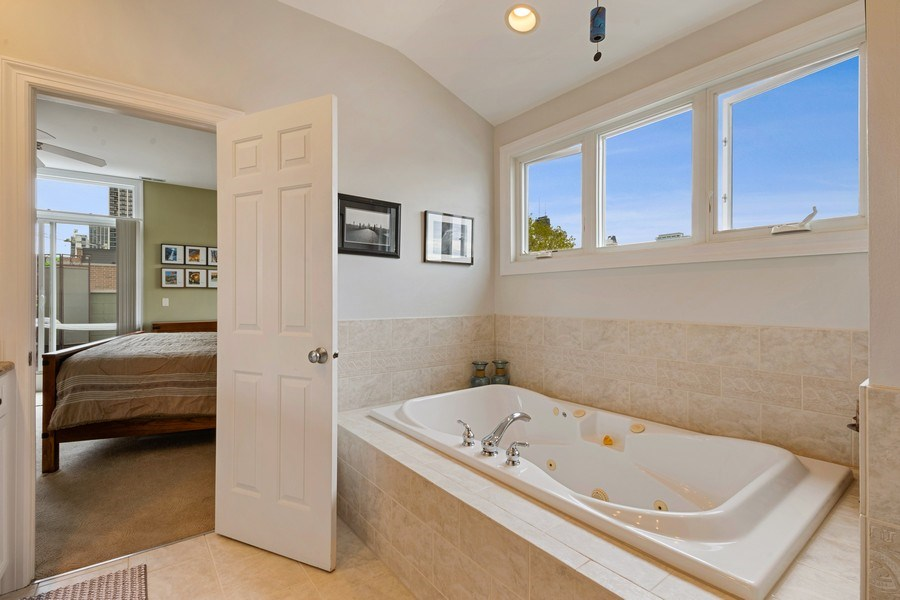 Real Estate Photography - 1541 N. North Park Avenue, #3S, Chicago, IL, 60610 - Master Bathroom