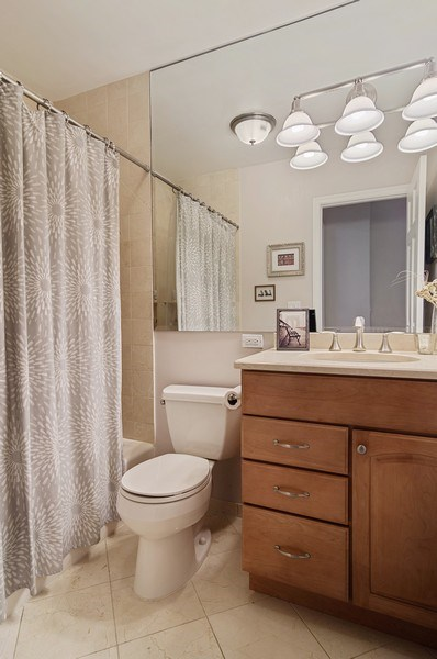 Real Estate Photography - 2500 Seminary, 3W, Chicago, IL, 60614 - Bathroom