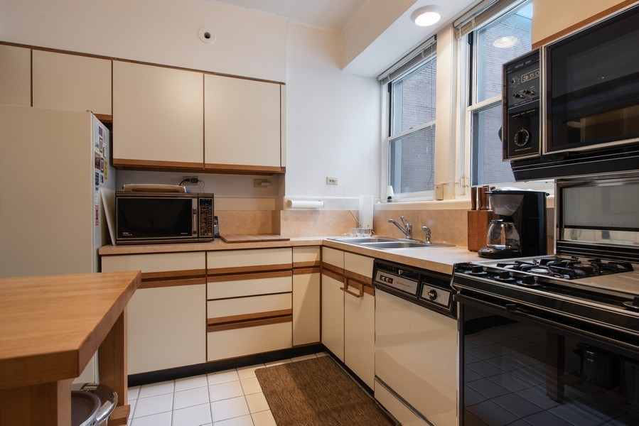 Real Estate Photography - 2912 N Commonwealth, Unit 1A, Chicago, IL, 60657 - Kitchen