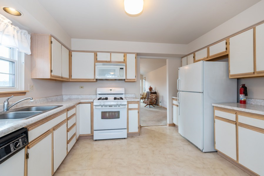 Real Estate Photography - 2129 Aberdeen Ct., Hanover Park, IL, 60133 - Kitchen