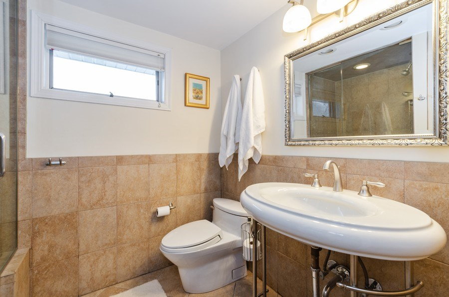 Real Estate Photography - 602 S Vail Ave, Arlington Heights, IL, 60005 - Bathroom