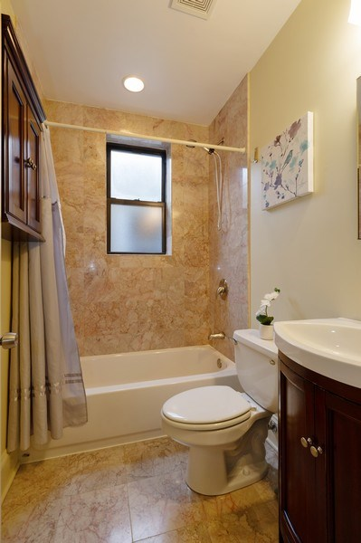 Real Estate Photography - 7633 N Greenview, 3W, Chicago, IL, 60626 - 2nd Bathroom