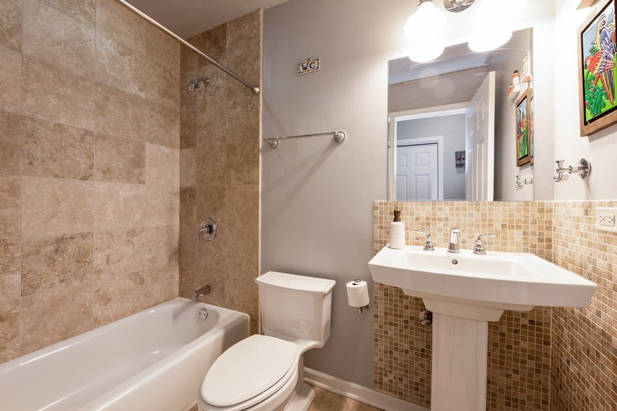 Real Estate Photography - 4704 N Kenmore Avenue 3A, Chicago, IL, 60640 - 2nd Bathroom