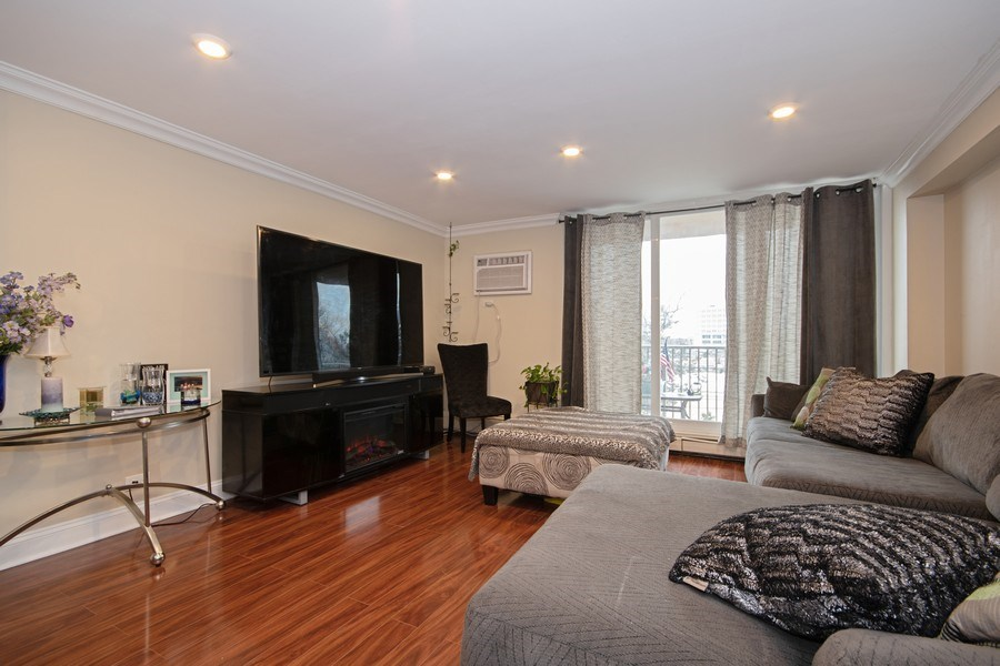 Real Estate Photography - 2201 S. Highland Ave. #3G, Lombard, IL, 60148 - Living Room
