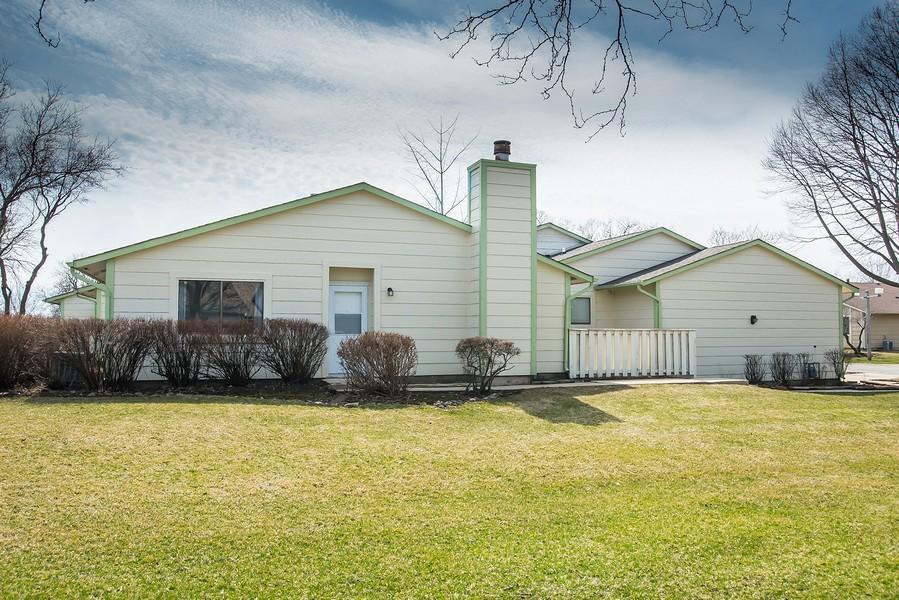 Real Estate Photography - 6851 Larkspur, Woodridge, IL, 60517 - Entryway