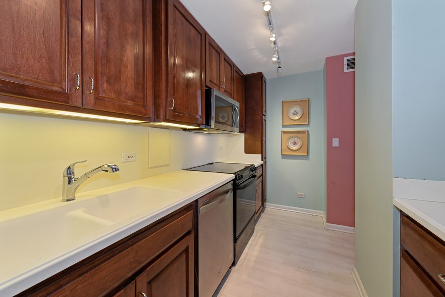 Real Estate Photography - 5701 N Sheridan, Unit 8F, Chicago, IL, 60660 - Kitchen