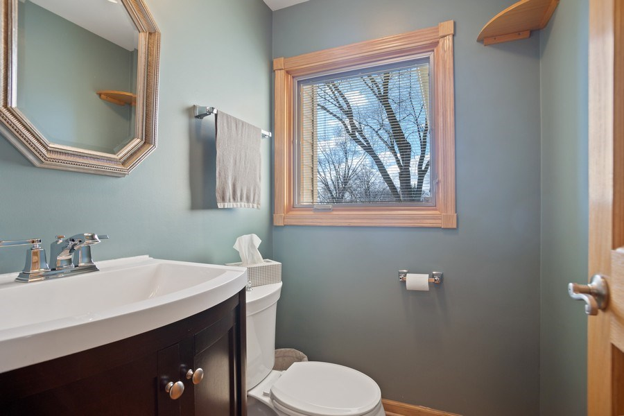 Real Estate Photography - 1711 S Milbrook Ln, Arlington Heights, IL, 60005 - Half Bath