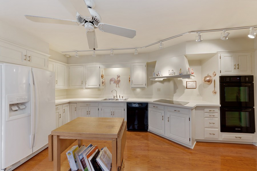 Real Estate Photography - 2 Court of Natchez, Lincolnshire, IL, 60069 - Kitchen