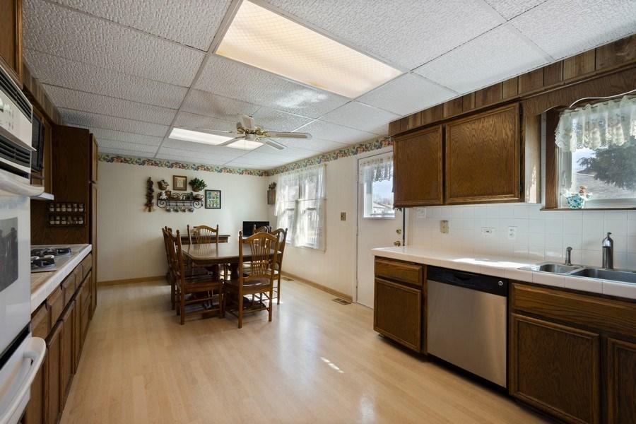 Real Estate Photography - 1721 Glen Lake Rd, Hoffman Estates, IL, 60169 - Kitchen