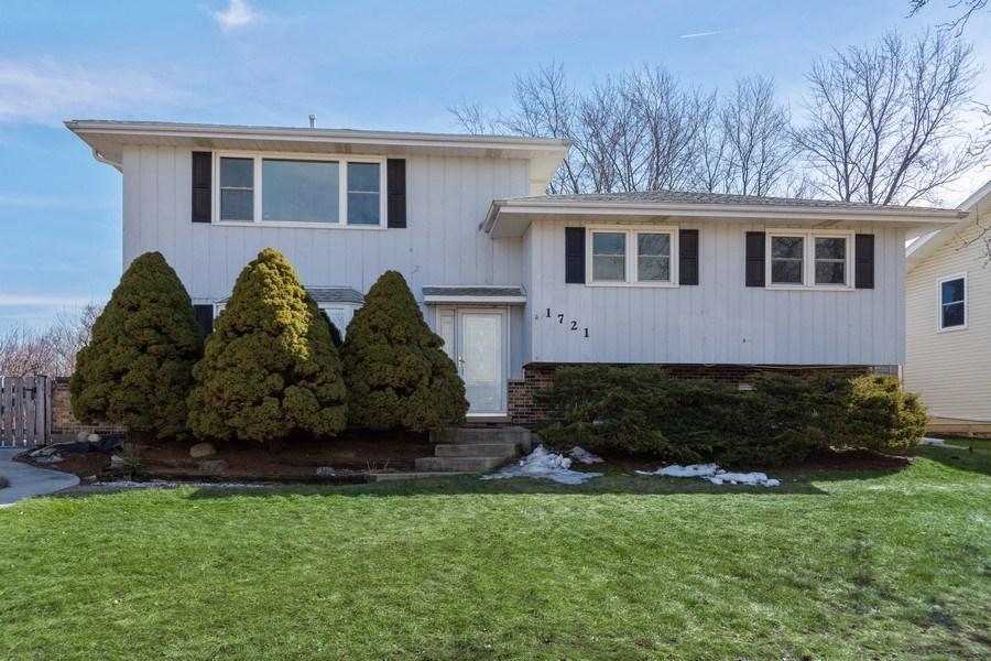 Real Estate Photography - 1721 Glen Lake Rd, Hoffman Estates, IL, 60169 - Front View