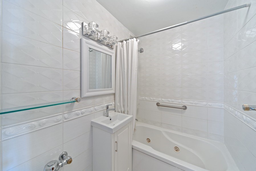 Real Estate Photography - 2970 N. Lake Shore Dr, #9B, Chicago, IL, 60657 - Second Bath