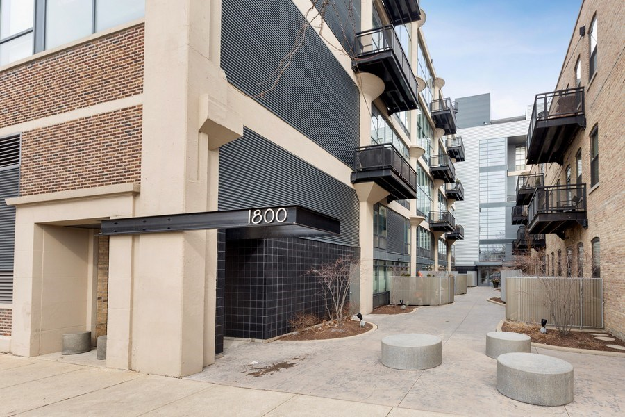 Real Estate Photography - 1800 W Grace, CHICAGO, IL, 60613 - Front View
