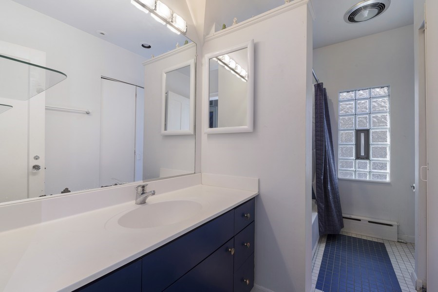 Real Estate Photography - 428 Elder Ln., Winnetka, IL, 60093 - 2nd Floor Hall Bathroom