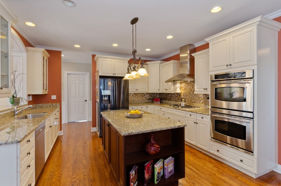 Real Estate Photography - 1601 Cabot Ln, Glenview, IL, 60026 - Kitchen
