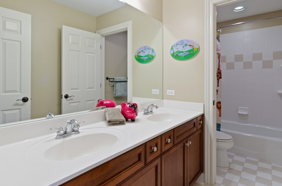 Real Estate Photography - 1601 Cabot Ln, Glenview, IL, 60026 - Bathroom