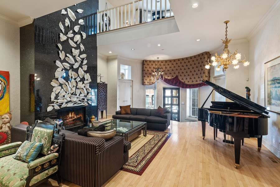 Real Estate Photography - 1939 N Hudson Ave, Chicago, IL, 60614 - Living Room