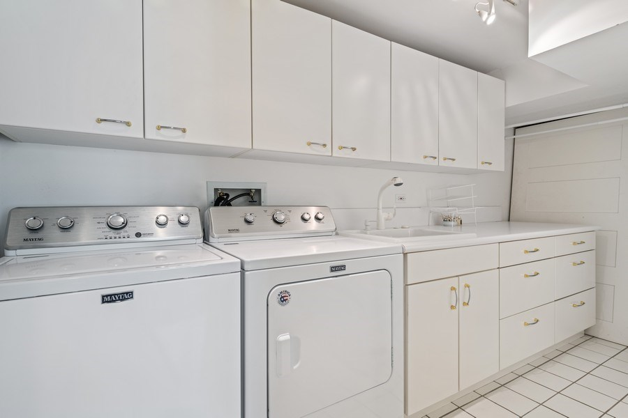 Real Estate Photography - 1939 N Hudson Ave, Chicago, IL, 60614 - Laundry Room
