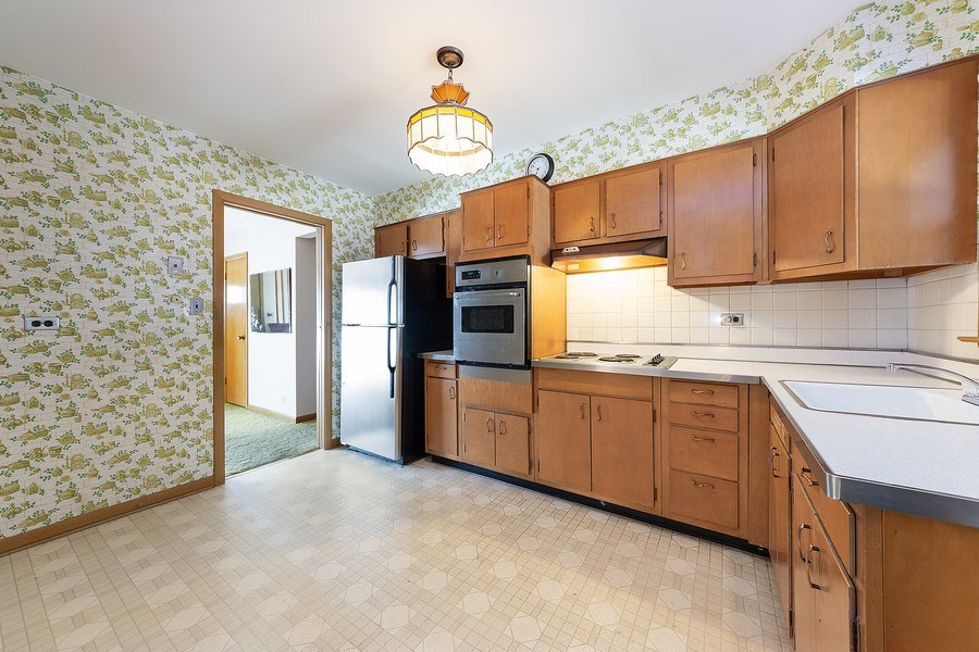 Real Estate Photography - 1616 W Grove, Arlington Heights, IL, 60005 - Kitchen / Breakfast Room