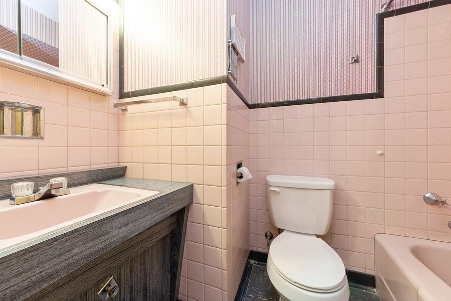Real Estate Photography - 1616 W Grove, Arlington Heights, IL, 60005 - 2nd Bathroom