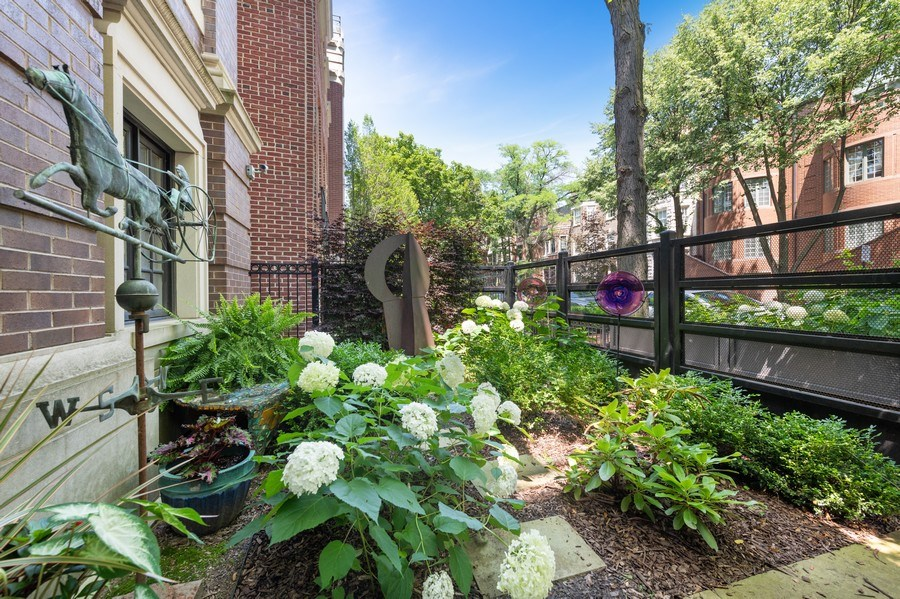 Real Estate Photography - 1912 North Hudson Avenue, Chicago, IL, 60614 - Front Yard