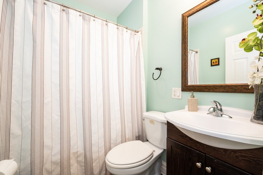 Real Estate Photography - 1950 N Richmond Ave, Chicago, IL, 60647 - Bathroom