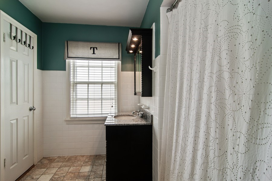 Real Estate Photography - 316 Nuttall Rd, Riverside, IL, 60546 - Bathroom