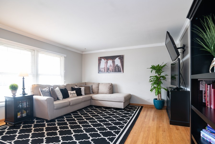 Real Estate Photography - 504 W. Brittany Drive, Arlington Heights, IL, 60004 - Living Room | Southern Exposure