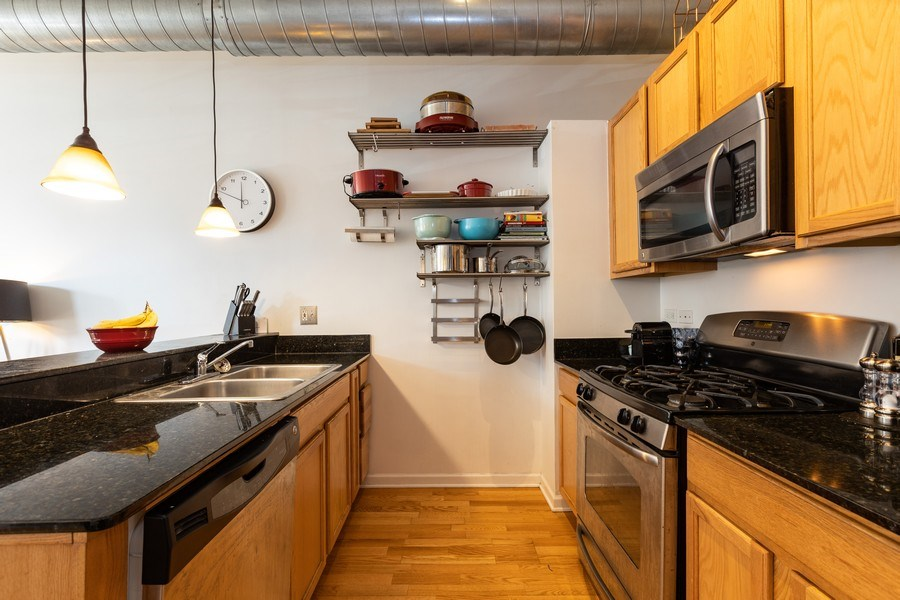 Real Estate Photography - 950 W Leland, Unit 308, Chicago, IL, 60640 - Kitchen