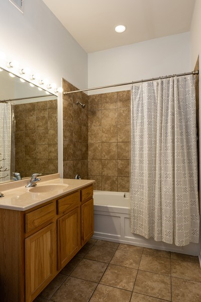 Real Estate Photography - 950 W Leland, Unit 308, Chicago, IL, 60640 - Bathroom