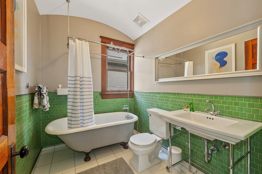 Real Estate Photography - 4020 N Hermitage Ave, Chicago, IL, 60613 - Full Bathroom