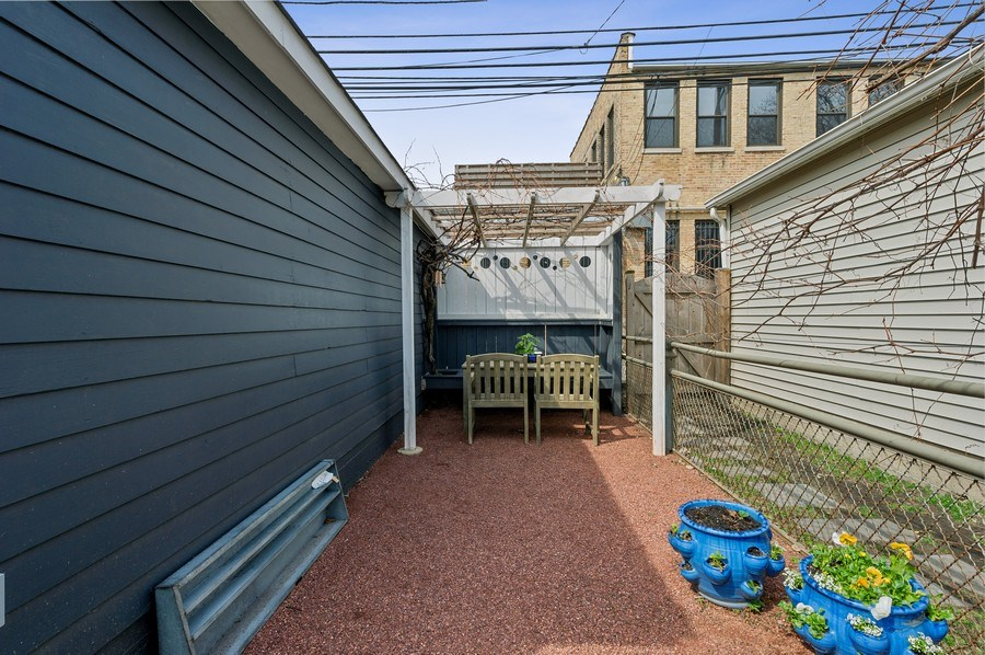 Real Estate Photography - 4020 N Hermitage Ave, Chicago, IL, 60613 - Veranda