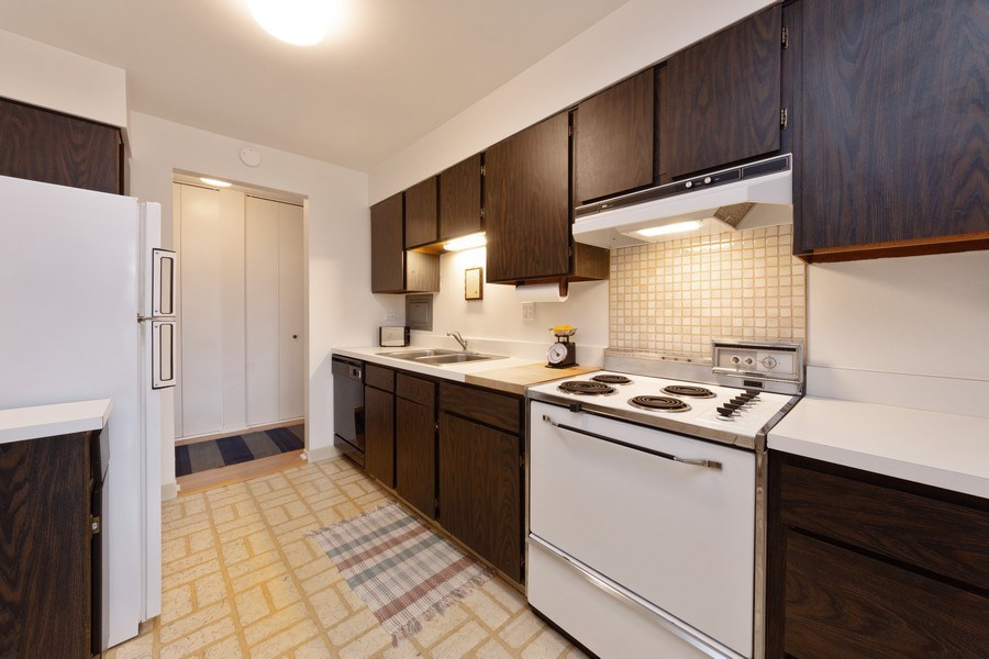 Real Estate Photography - 1515 E Central rd #465B, Arlington Heights, IL, 60005 - Kitchen