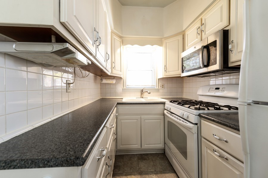 Real Estate Photography - 304 N Myrtle Ave, Elmhurst, IL, 60126 - Kitchen
