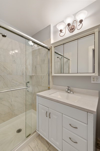 Real Estate Photography - 4921 N Winthrop, Unit 2S, Chicago, IL, 60640 - Bathroom