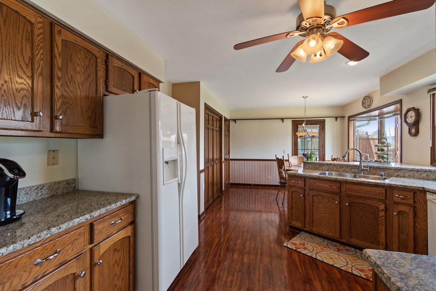 Real Estate Photography - 3570 Londonderry Court, Hoffman Estates, IL, 60067 - Kitchen