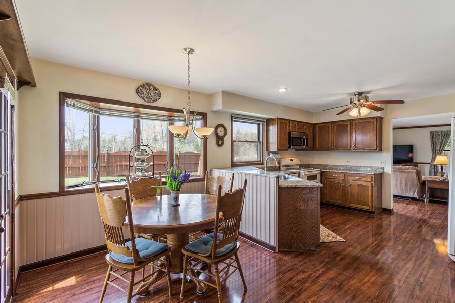 Real Estate Photography - 3570 Londonderry Court, Hoffman Estates, IL, 60067 - Kitchen / Breakfast Room