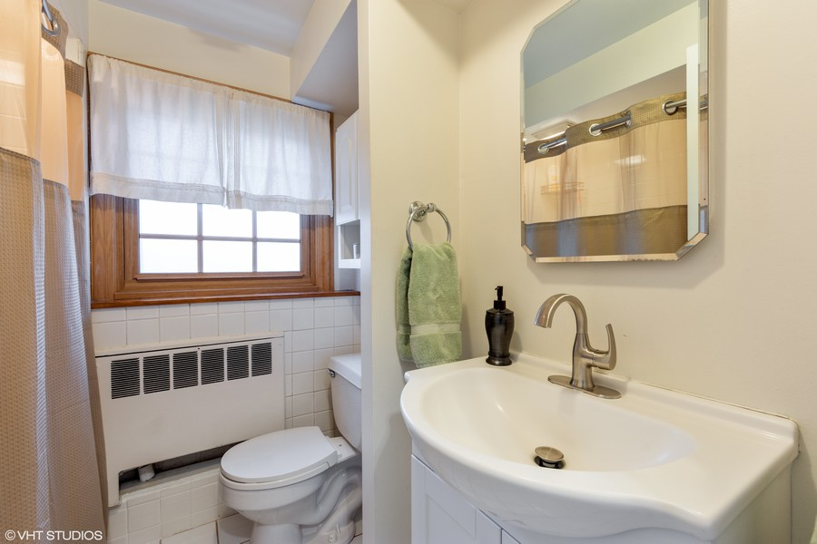 Real Estate Photography - 408 S. Carlyle Place, Arlington Heights, IL, 60004 - Bathroom