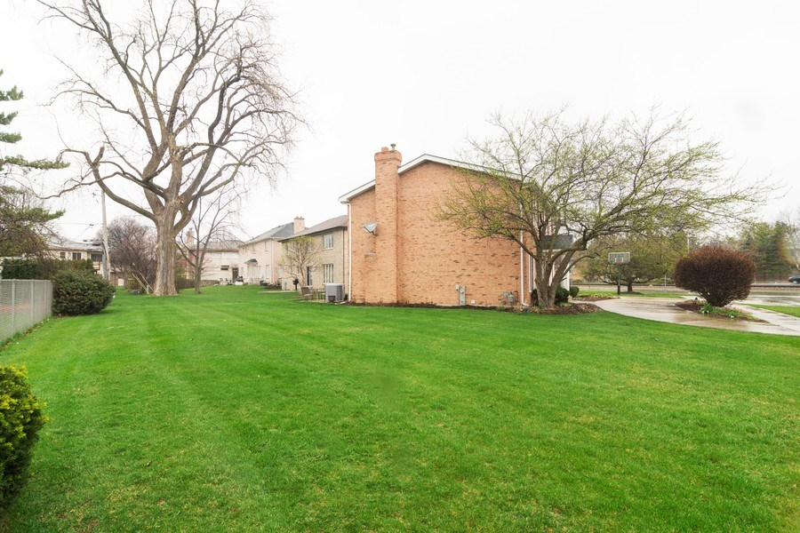 Real Estate Photography - 418 S Cleveland Ave, Arlington Heights, IL, 60005 - Side Yard