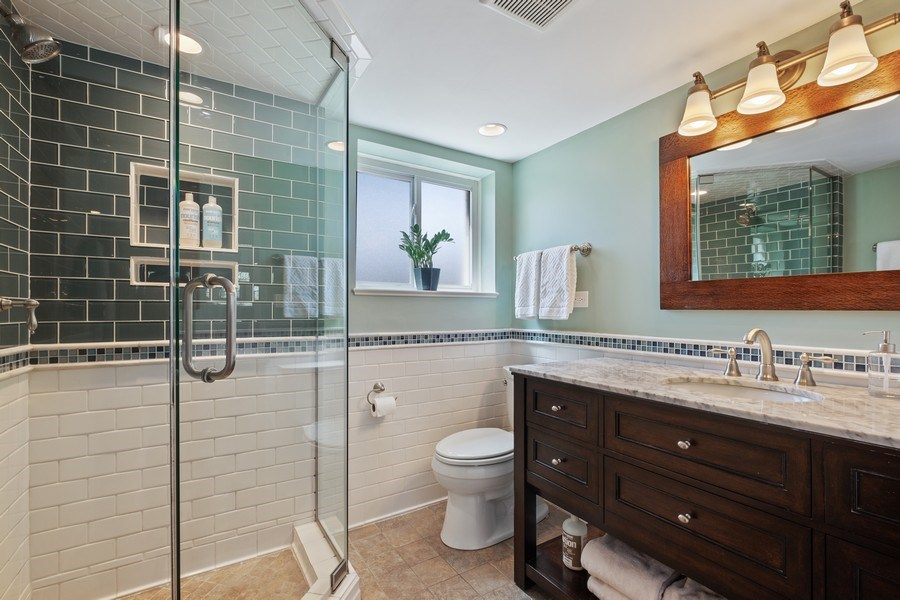 Real Estate Photography - 1423 W Roanoke, Arlington Heights, IL, 60004 - Bathroom
