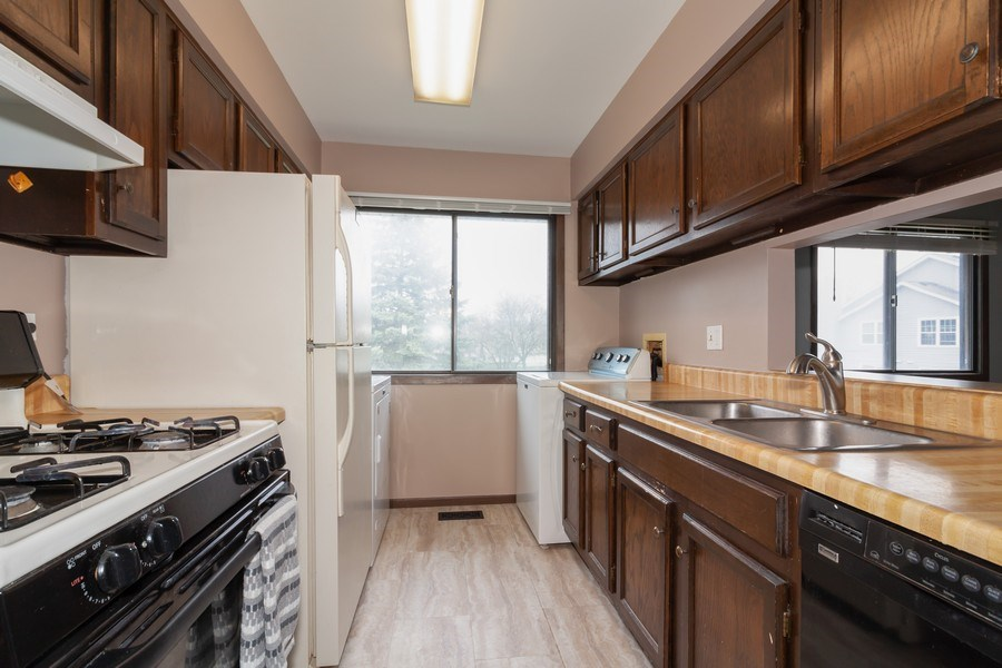 Real Estate Photography - 2s771 Winchester Circle East, #4, Warrenville, IL, 60555 - Kitchen