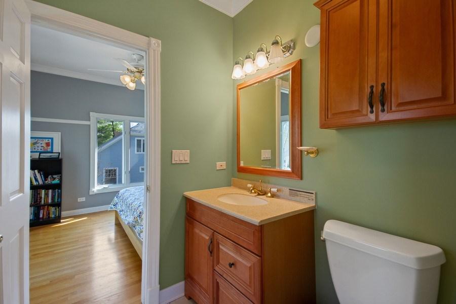 Real Estate Photography - 128 Washington, Park Ridge, IL, 60068 - Jack N Jill Bath Between Beds 1 & 2