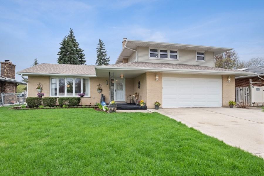 Real Estate Photography - 1721 E Seminole Ln, Mount Prospect, IL, 60056 - Front View